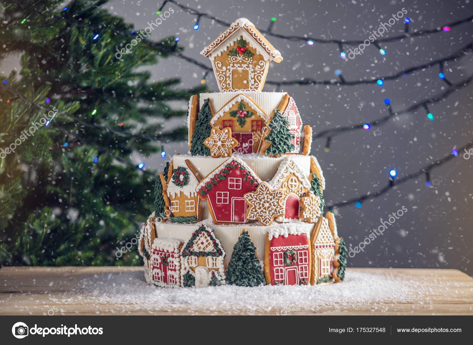 Grote trapsgewijze kerst cake versierd met gingerbread koekjes en