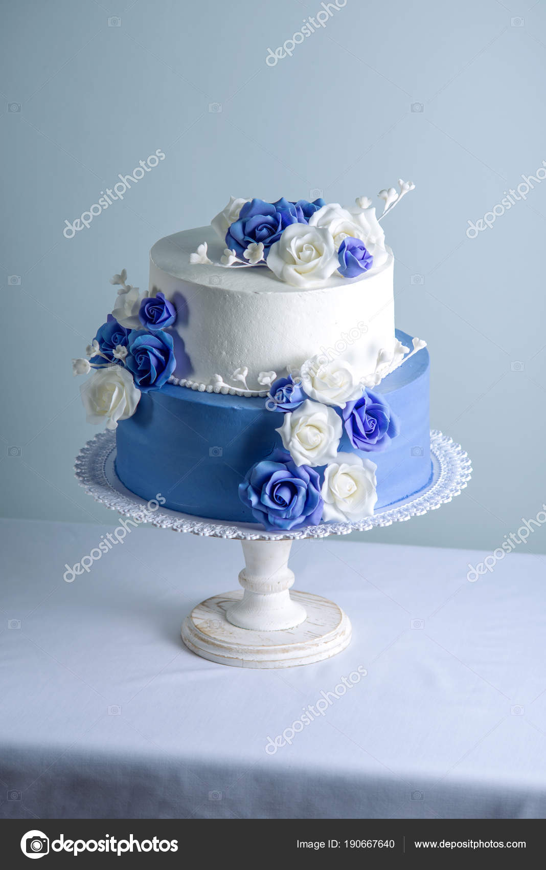 Wunderschone Zwei Abgestufte Weisse Und Blaue Hochzeitstorte Mit