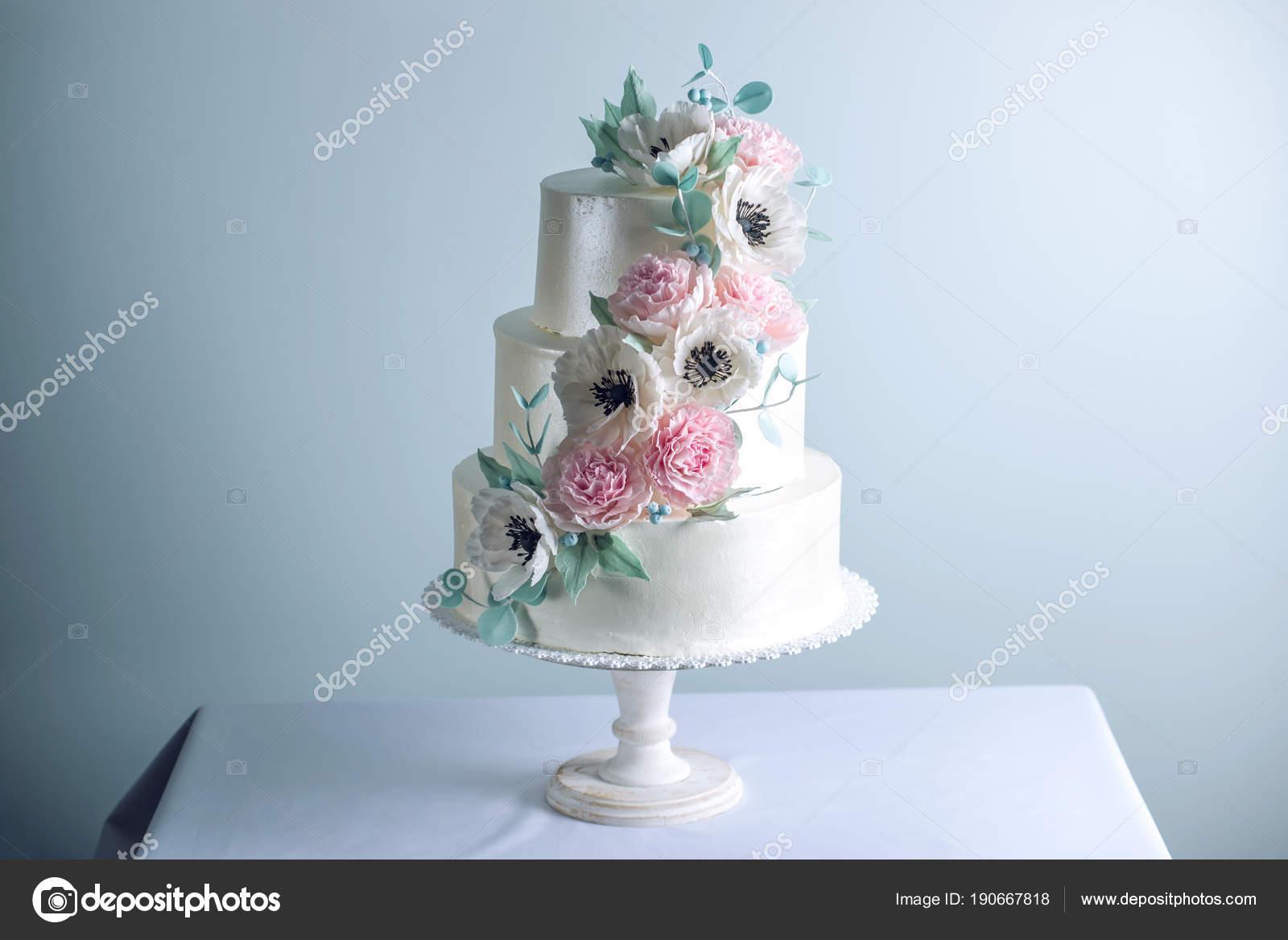 Wunderschone Drei Abgestuften Weisse Hochzeitstorte Mit Blumen
