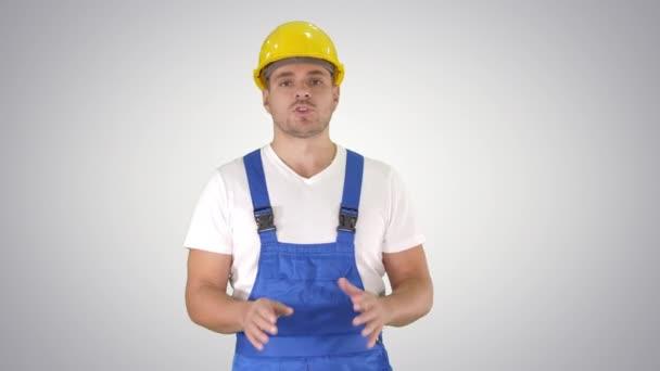 Foreman stavitel vysvětlující něco fotoaparátu a mluvení na pozadí přechodu.