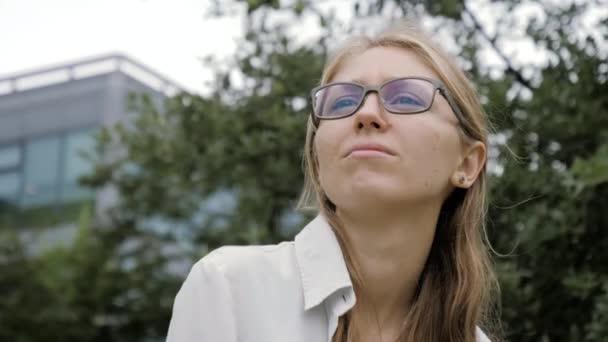 Gyönyörű fiatal üzletasszony a szabadban gondolkodás körül.