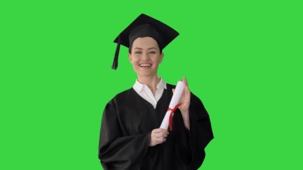 Maturitní žena se usmívá a vypadá šťastně na zelené obrazovce, Chroma Key.