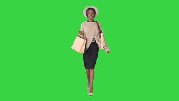 Glückliche junge afrikanisch-amerikanische Frau beim Einkaufen auf einem Green Screen, Chroma Key.