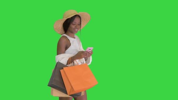 Žena v letním oblečení pomocí mobilní chůze na zelené obrazovce, Chroma Key.