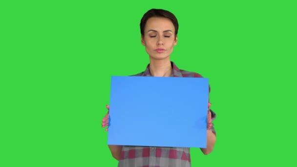 Alkalmi nő rövid haj kék üres fórumon gúnyolódik egy zöld képernyőn, Chroma Key.