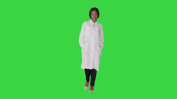 Glückliche charmante afrikanische Arzt lächelnd und Blick in die Kamera auf einem Green Screen, Chroma Key.