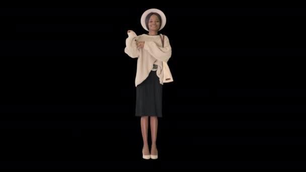 Wunderschöne afroamerikanische Frau, die Musik hört und tanzt, Alpha Channel
