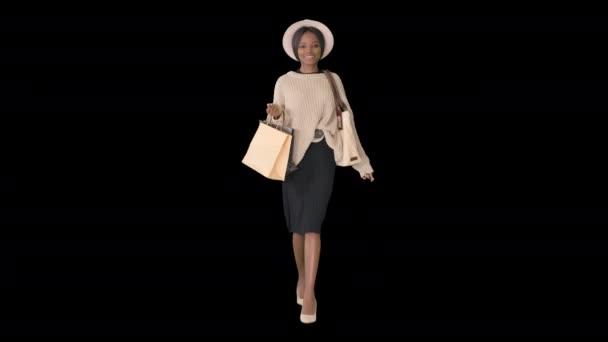 Šťastný mladý africký americký žena walking with shopping, alfa kanál