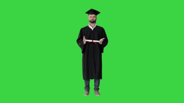 Férfi hallgató diplomás bemutató diploma a zöld képernyőn, Chroma Key.