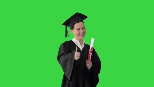 Boldog diplomás nő kezében diploma és hüvelykujj fel a zöld képernyőn, Chroma Key.