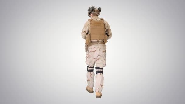 Ranger in voller Kampfuniform läuft auf Steigungshintergrund.