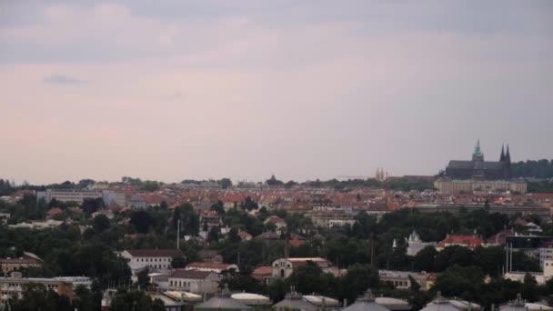 Panaramatický letní výhled na panorama Prahy.