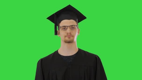Fiatal diplomás férfi köhögés, szenved egy betegség a zöld képernyőn, Chroma Key.
