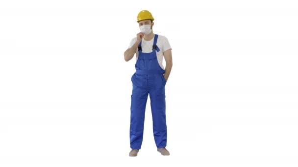 Maskovaný stavební muž v klobouku na bílém pozadí.