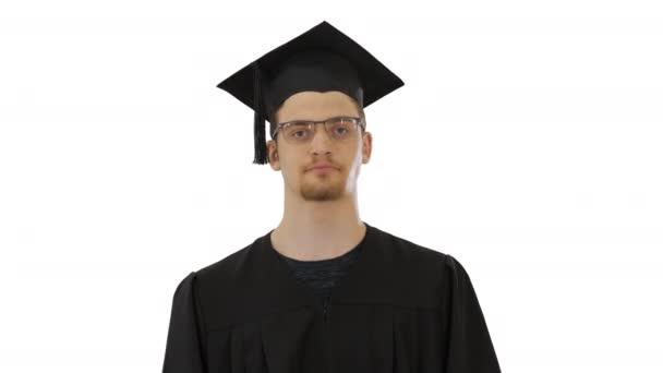 Fiatal diplomás férfi köhögés, szenved egy betegség fehér alapon.