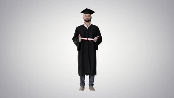 Férfi hallgató diplomás bemutató diploma gradiens háttér.