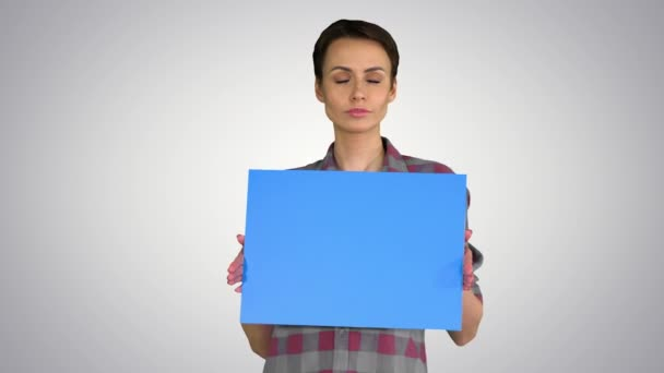 Alkalmi nő rövid haj kék üres fórumon gúnyolódik a gradiens háttér.