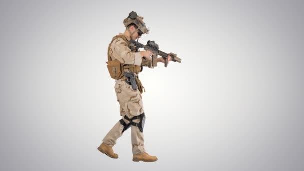 Soldat beim Gehen und Nachladen von Sturmgewehr auf Gefällstrecke.