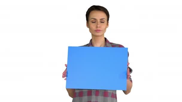 Alkalmi nő rövid haj kék üres fórumon gúnyolódik fehér háttér.