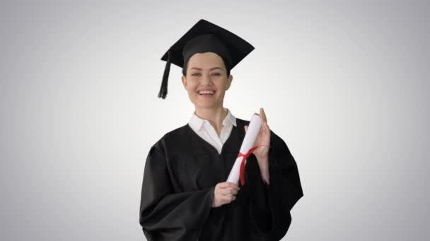 Maturitní žena se usmívá a vypadá šťastně na gradientu pozadí.