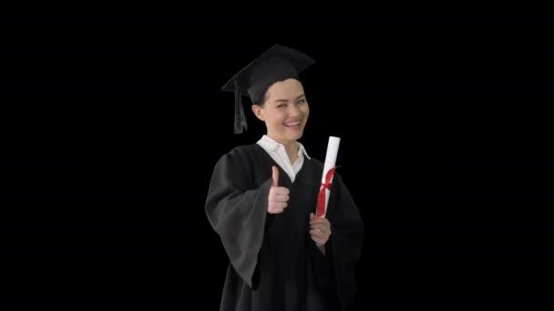 Boldog diplomás nő kezében diploma és hüvelykujj fel, Alpha Channel