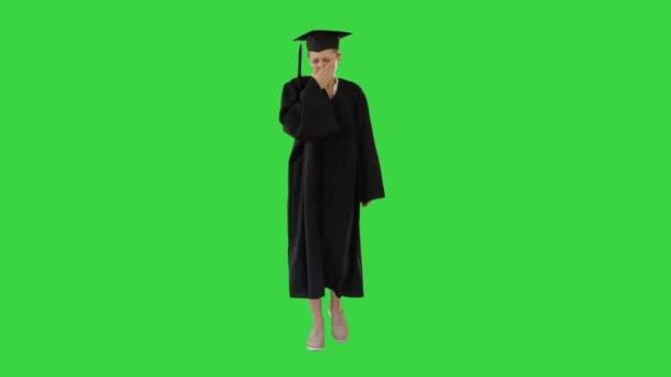 Mladá absolventka žena nemocná a kašlání při chůzi na zelené obrazovce, Chroma Key.