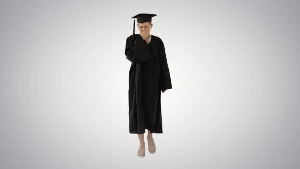 Mladý absolvent žena nemocný a kašel při chůzi na gradient pozadí.