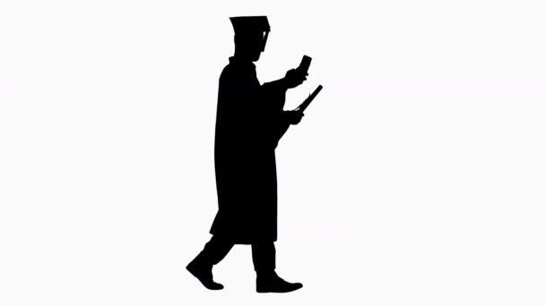 Silueta Starší postgraduální student přičemž selfie při chůzi.