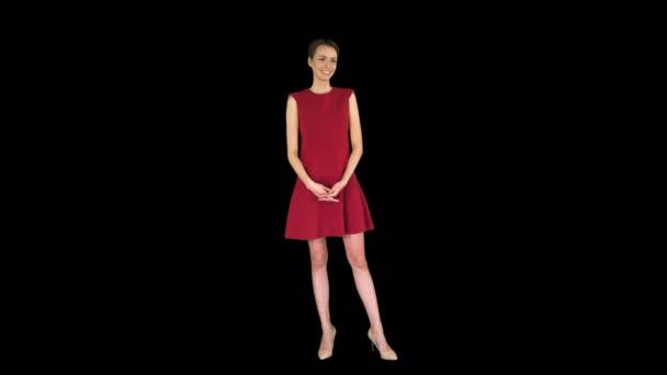 Elegantní mladá žena s někým souhlasí a usmívá se na kameru, Alpha Channel
