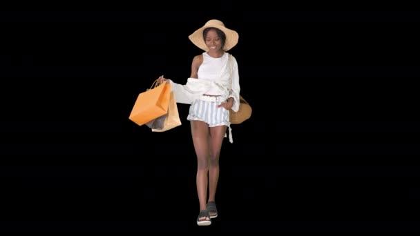 Stylische junge Afro-Frau läuft mit Einkaufstaschen, Alpha Channel