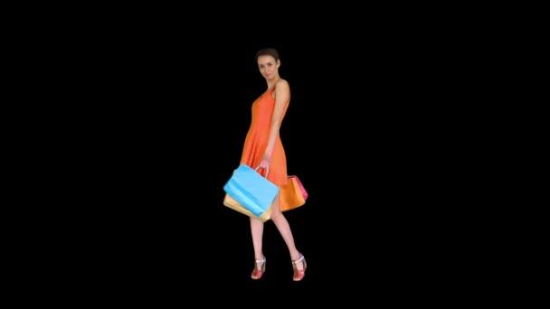 Krásná dívka ukazuje tašky s nákupy otočit, Alpha Channel