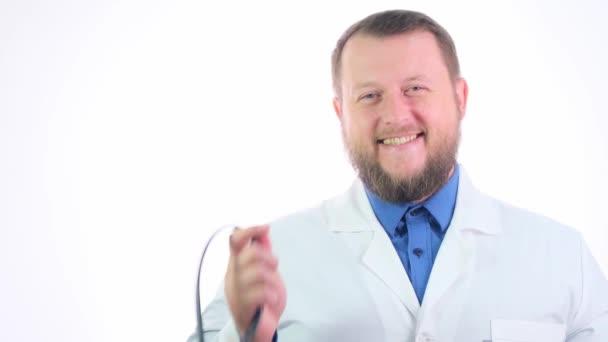 Porträt eines bärtigen lächelnden Arztes im weißen Mantel mit einem Phonendoskop am Hals, Gesundheits- und Medizinkonzept.