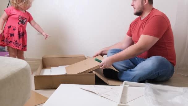 Táta sbírá nábytek z bílých domů. Dcera pomáhá tátovi sbírat nábytek.