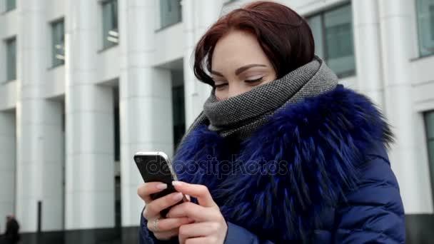 Frau ein Telefon in der hand