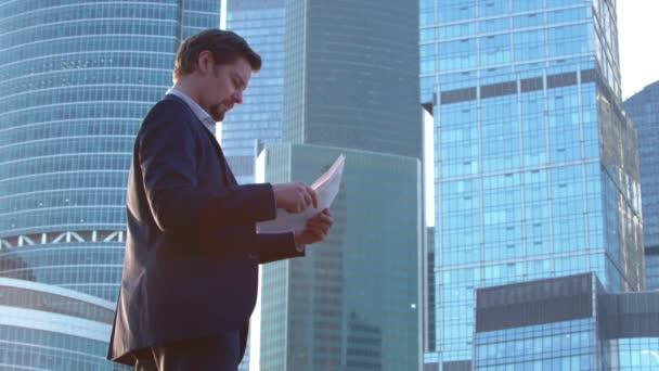 A színész olvas a mentesít a videó