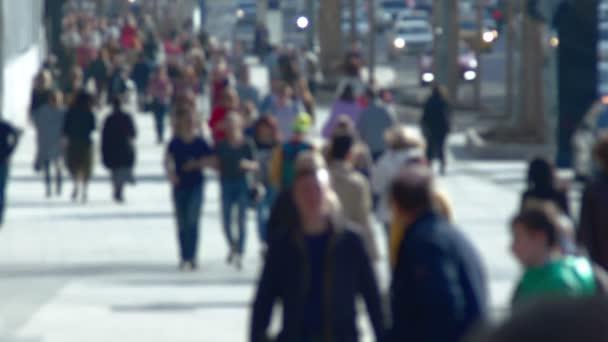 A sétáló utcai lassított emberek névtelen tömeg