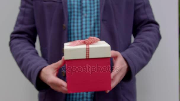 Muž dává dárek
