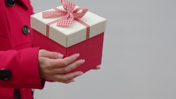 dárková krabička v ženských rukou.