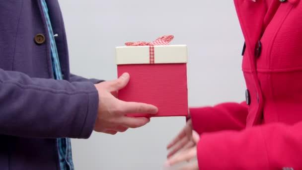 Dárkový box přenos z ruky do ruky
