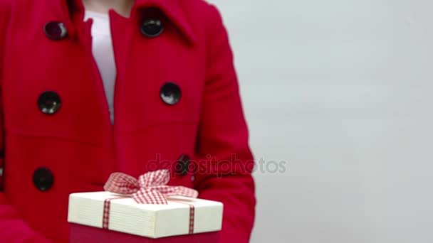Ruce drží z dárek