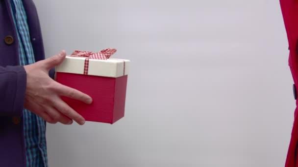 Férfi kezébe adni egy ajándék női.