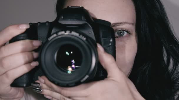Lány-fotós veszi a kép