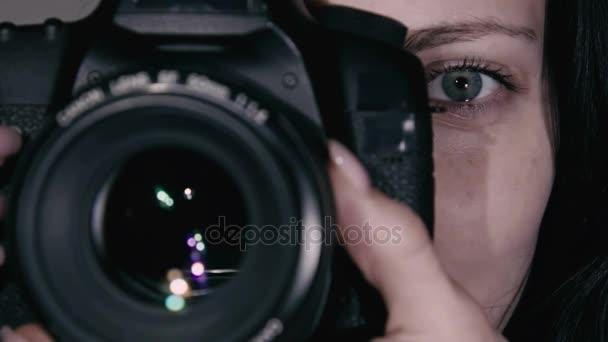 Junge Fotografin macht das Foto