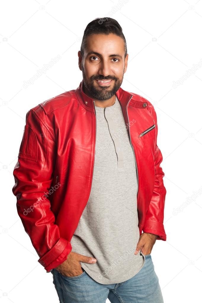 e595f43487 Divatos férfi egy piros bőrkabát és farmer, állandó látszó-on fényképezőgép  fehér háttér — Fotó szerzőtől ...
