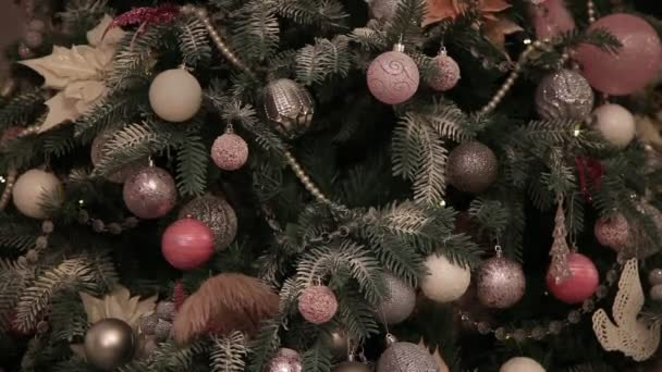 Christbaumschmuck im Zimmer in der Nacht. Toller Lichterkranz, der weihnachtliche Stimmung ausstrahlt. Dunkler Raum mit Weihnachts- und Neujahrsdekoration. Grüner Baum geschmückt mit