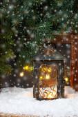Zimní mrazové okno s hořící lucernou, Vánocemi nebo Advent