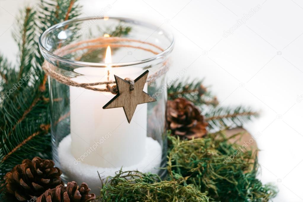 Feestdagen Natuurlijke Kerstdecoratie : Kerst kaars met natuurlijke versieringen u stockfoto asife
