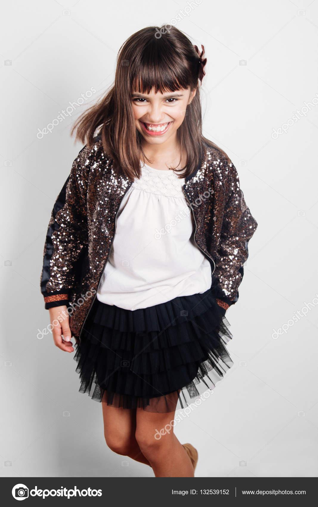 Lustige kleine Mädchen gekleidet für party — Stockfoto © asife ...