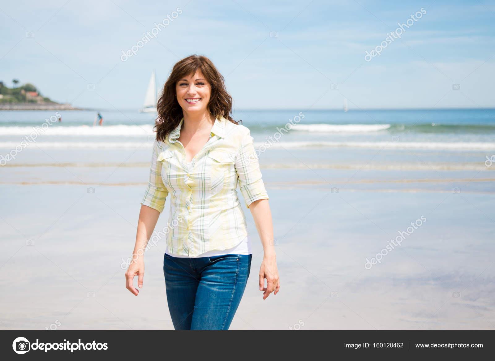 Пляж женщины в возрасте, самый длинный хер и большие яйца