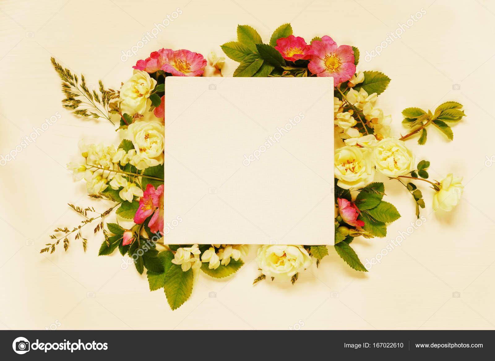 Pagina De Scrapbook Con Flores Blancas Y Rosas Silvestres Fotos De
